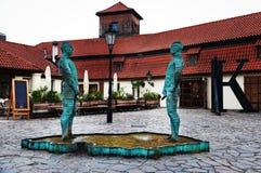 PRAGA, REPÚBLICA CHECA - 16 de julio de 2017: Hombres de la fuente de la escultura Pissing en Praga Fotografía de archivo libre de regalías