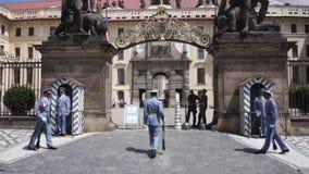 Praga, República Checa - 22 de junio de 2017: cambio de los guardias en la entrada al palacio presidencial en Praga almacen de metraje de vídeo