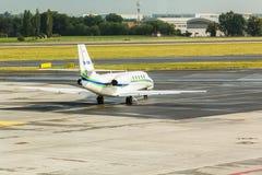 PRAGA, REPÚBLICA CHECA - 16 DE JUNIO DE 2017: La citación OK-EMA soberano de Cessna 680 se está preparando para sacar imagen de archivo libre de regalías
