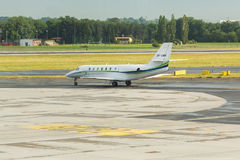 PRAGA, REPÚBLICA CHECA - 16 DE JUNIO DE 2017: La citación OK-EMA soberano de Cessna 680 se está preparando para sacar fotografía de archivo libre de regalías