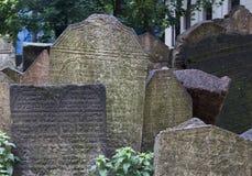 PRAGA, REPÚBLICA CHECA - 19 de junio de 2015: Piedras sepulcrales abandonadas en Fotos de archivo