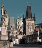 PRAGA, REPÚBLICA CHECA - 13 DE JUNIO DE 2014: Torres del puente de Charles en Praga Foto de archivo libre de regalías