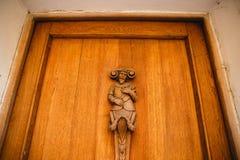 PRAGA, REPÚBLICA CHECA - 23 DE JUNIO DE 2017: figura de madera del hombre en puerta imagen de archivo