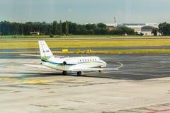 PRAGA, REPÚBLICA CHECA - 16 DE JUNIO DE 2017: La citación OK-EMA soberano de Cessna 680 se está preparando para sacar fotos de archivo