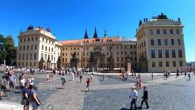 Praga, República Checa - 27 de junio de 2019: Turistas que caminan delante del castillo de Praga famoso en el namesti de Hradcans almacen de video