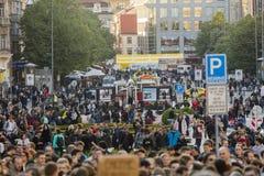 PRAGA, REPÚBLICA CHECA - 15 DE MAIO DE 2017: Demonstração no quadrado de Praga Wenceslas contra o governo e o Babis atuais Fotos de Stock