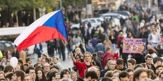 PRAGA, REPÚBLICA CHECA - 15 DE MAIO DE 2017: Demonstração no quadrado de Praga Wenceslas contra o governo e o Babis atuais Fotografia de Stock