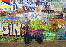 PRAGA, REPÚBLICA CHECA - 20 DE MAIO: O músico da rua executa músicas Foto de Stock Royalty Free