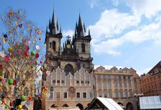 Praga, república checa 27 de março de 2018: Celebração da Páscoa na praça da cidade velha Vista na igreja de Tyn fotos de stock