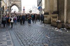 Praga, República Checa - 10 de março de 2018: multidão de povos no reboque velho fotografia de stock royalty free