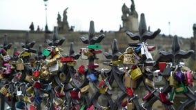 PRAGA, REPÚBLICA CHECA - 26 DE MARÇO DE 2019: Os fechamentos do amor penduram de uma ponte em Praga filme