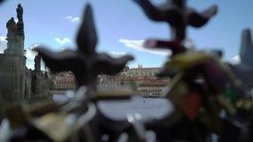 PRAGA, REPÚBLICA CHECA - 26 DE MARÇO DE 2019: Os fechamentos do amor penduram de uma ponte em Praga video estoque