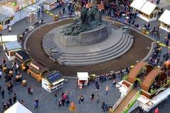 Praga, república checa 26 de março de 2018: Os povos comemoram a Páscoa na praça da cidade velha Vista superior no monumento de J fotografia de stock royalty free