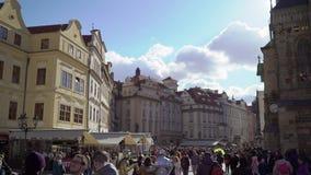PRAGA, REPÚBLICA CHECA - 26 DE MARÇO DE 2019: Praça da cidade em Praga, República Checa filme
