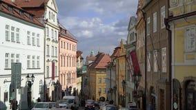 PRAGA, REPÚBLICA CHECA - 25 DE MARÇO DE 2019: Vista à rua no centro velho de Praga filme