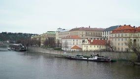 PRAGA, REPÚBLICA CHECA - 26 DE MARÇO DE 2019: Vista no rio de Vltava e no centro histórico de Praga, de construções e de marcos video estoque