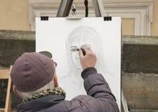 Praga, República Checa - 14 de marzo de 2017: Bosquejo del artista del retrato de la calle una mujer imágenes de archivo libres de regalías
