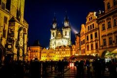 PRAGA, REPÚBLICA CHECA - 12 DE MARZO DE 2017: Los turistas disfrutan de la opinión hermosa de la noche de la vieja plaza en Praga Fotos de archivo