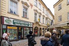 PRAGA, REPÚBLICA CHECA - 5 DE MARZO DE 2016: Tienda entre el passag Fotos de archivo