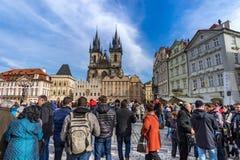 PRAGA, REPÚBLICA CHECA - 5 DE MARZO DE 2016: turistas en squ viejo de la ciudad Foto de archivo