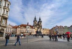 PRAGA, REPÚBLICA CHECA - 5 DE MARZO DE 2016: Turistas no identificados en vieja plaza en Praga, la catedral de Tyn de la Virgen M Imágenes de archivo libres de regalías
