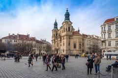 PRAGA, REPÚBLICA CHECA - 5 DE MARZO DE 2016: Turistas no identificados en vieja plaza en Praga, la catedral de Tyn de la Virgen M Fotos de archivo libres de regalías