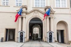 Guardias en el castillo de Praga Fotos de archivo