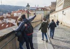 Praga, República Checa - 15 de marzo de 2017: La familia feliz hace el selfie El par urbano hace imágenes de vistas de la ciudad  imagen de archivo