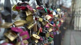 PRAGA, REPÚBLICA CHECA - 26 DE MARZO DE 2019: Las cerraduras del amor cuelgan de un puente en Praga almacen de metraje de vídeo
