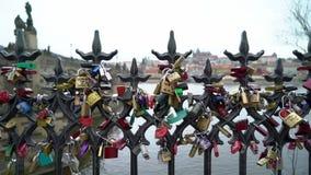 PRAGA, REPÚBLICA CHECA - 26 DE MARZO DE 2019: Las cerraduras del amor cuelgan de un puente en Praga almacen de video