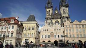 PRAGA, REPÚBLICA CHECA - 26 DE MARZO DE 2019: Plaza en Praga, República Checa almacen de metraje de vídeo