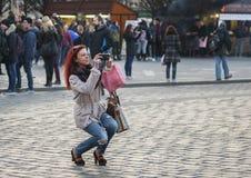 Praga, República Checa - 15 de marzo de 2017: Turistas que toman imágenes del reloj astronómico medieval famoso en Praga foto de archivo libre de regalías