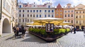PRAGA, REPÚBLICA CHECA - 16 DE MAYO: calles viejas de Praga con las porciones Fotos de archivo