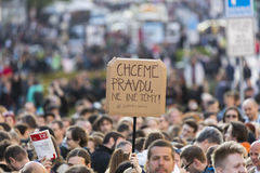 PRAGA, REPÚBLICA CHECA - 15 DE MAYO DE 2017: Demostración en el cuadrado de Praga Wenceslao contra el gobierno y el Babis actuale Fotos de archivo libres de regalías