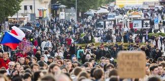 PRAGA, REPÚBLICA CHECA - 15 DE MAYO DE 2017: Demostración en el cuadrado de Praga Wenceslao contra el gobierno y el Babis actuale Fotografía de archivo libre de regalías
