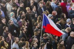 PRAGA, REPÚBLICA CHECA - 15 DE MAYO DE 2017: Demostración en el cuadrado de Praga Wenceslao contra el gobierno y el Babis actuale Imagenes de archivo