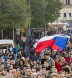 PRAGA, REPÚBLICA CHECA - 15 DE MAYO DE 2017: Demostración en el cuadrado de Praga Wenceslao contra el gobierno y el Babis actuale Foto de archivo libre de regalías