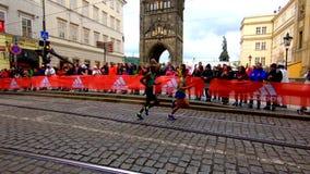 Praga, República Checa 5 de mayo de 2019 - los espectadores y los fans aplauden los corredores en el maratón de Praga metrajes