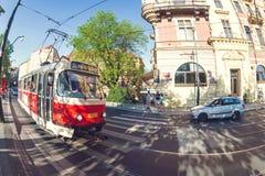 PRAGA, REPÚBLICA CHECA - 19 DE MAYO DE 2017: Tranvía en el riversi de Smetanovo Foto de archivo libre de regalías