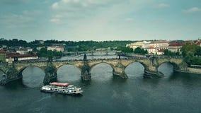 PRAGA, REPÚBLICA CHECA - 3 DE MAYO DE 2018 Vista aérea del puente apretado de Charles y de los barcos del viaje del río de Moldav imagen de archivo
