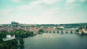PRAGA, REPÚBLICA CHECA - 3 DE MAYO DE 2018 Vista aérea de la ciudad vieja y del río de Moldava fotos de archivo libres de regalías