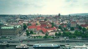 PRAGA, REPÚBLICA CHECA - 3 DE MAYO DE 2018 Vista aérea de la ciudad y del terraplén del río de Moldava fotos de archivo