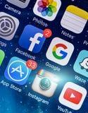 PRAGA, REPÚBLICA CHECA - 17 DE NOVEMBRO DE 2015: Uma foto do close-up da tela do começo do iPhone 5s de Apple com ícones dos apps Foto de Stock