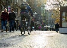 PRAGA, REPÚBLICA CHECA - 9 DE NOVIEMBRE DE 2015: Gente en la calle Imagenes de archivo
