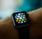 PRAGA, REPÚBLICA CHECA - 17 DE NOVIEMBRE DE 2015: Hombre que usa el App en el reloj de Apple afuera Opinión múltiple de Apps Foto de archivo
