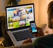 PRAGA, REPÚBLICA CHECA - 17 DE NOVIEMBRE DE 2015: Una foto del primer de la pantalla del comienzo del iPhone 5s de Apple con los  Imagen de archivo