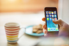 PRAGA, REPÚBLICA CHECA - 17 DE NOVIEMBRE DE 2015: Una foto del primer de la pantalla del comienzo del iPhone 5s de Apple con los  Imágenes de archivo libres de regalías
