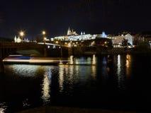 Praga, República Checa - 31 de outubro de 2018 exposição longa de um cruzamento do barco abaixo do arco de uma ponte no rio de Vl imagem de stock
