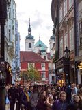 Praga, República Checa - 30 de outubro de 2018 uma multidão da caminhada do turista ao longo da rua de Karlova na tarde da queda  imagens de stock royalty free