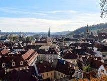 Praga, República Checa - 31 de outubro de 2018 vista panorâmica dos telhados e da rua de Mala Strana ou de Lesser Town mais quart imagens de stock royalty free